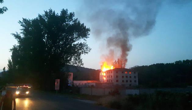 Incendio en la antigua harinera de Huarte