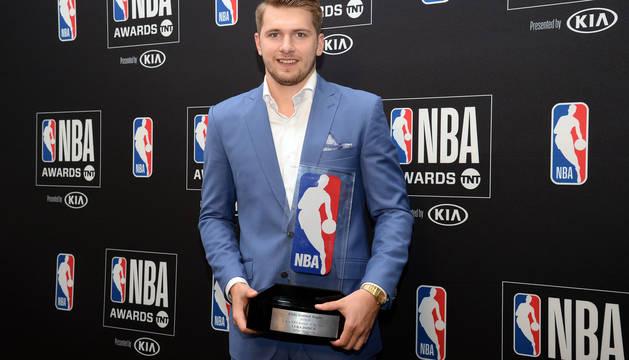 Luka Doncic, con el premio.
