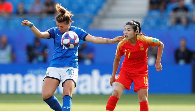 La italiana Cristiana Girelli trata de controla el balón en presencia de la china Gu Yasha.