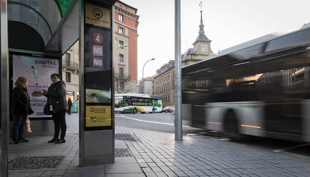 Villavesas en la plaza de Merindades de Pamplona. El transporte concentra el grueso de las demandas para el PMUS.