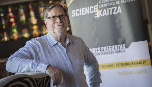 George Smoot posa junto al póster de la Gala Science Ekaitza organizada pr Aditech que se celebra esta tarde en el Baluarte.