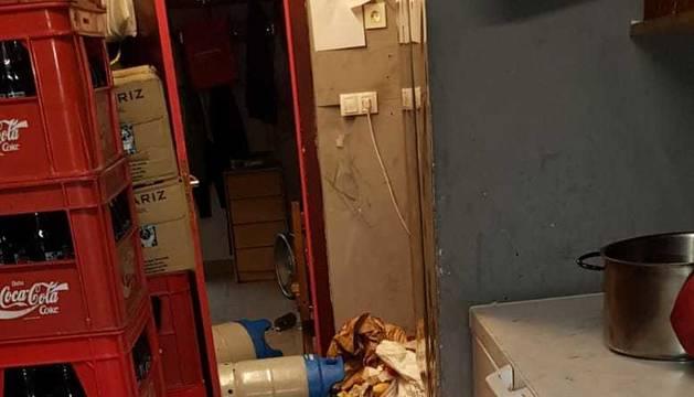 Una vaca de la ganadería Eulogio Mateo de Cárcar se coló en el almacén de un bar, causando importantes destrozos, en el encierro de este martes de fiestas de Laguardia.