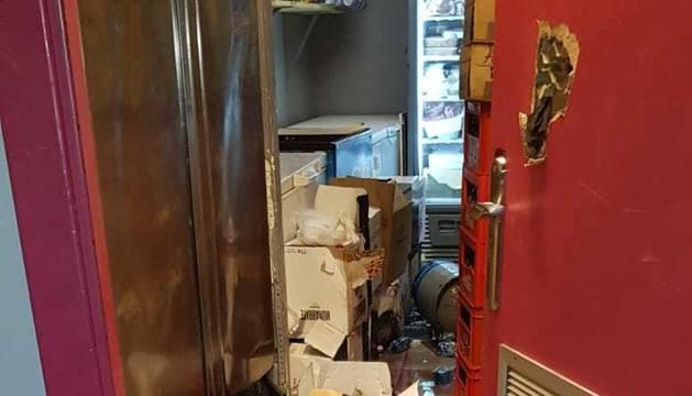 Los destrozos causados por una vaca navarra al colarse en un bar en el encierro de Laguardia