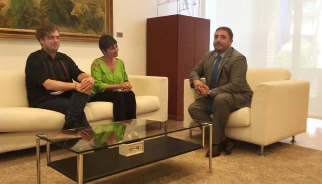 Maiorga Ramirez y su compañera Laura Aznal, con Unai Hualde.