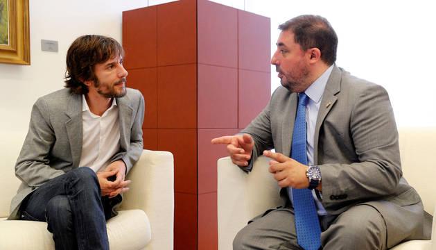 Foto del presidente del Parlamento de Navarra, Unai Hualde, con Mikel Buil.