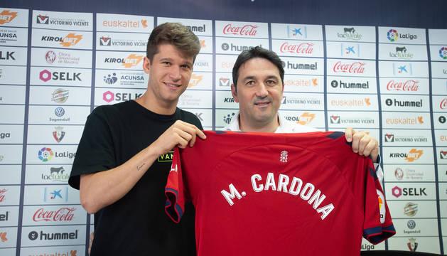 Foto del director deportivo de Osasuna, Braulio Vázquez, este miércoles en Tajonar al delantero catalán Marc Cardona.