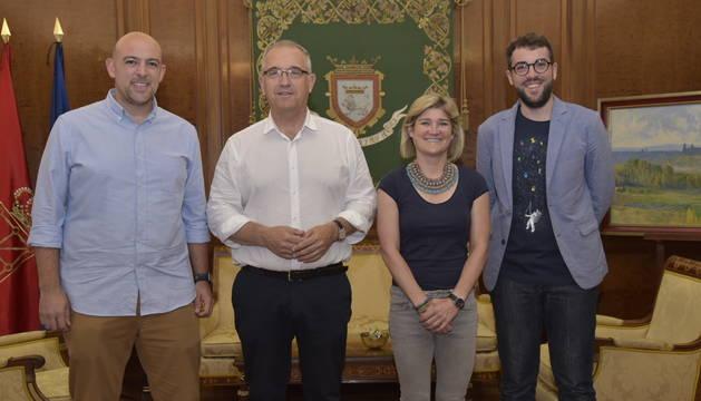 El alcalde de Pamplona recibe a la nueva junta de la Comparsa de Gigantes