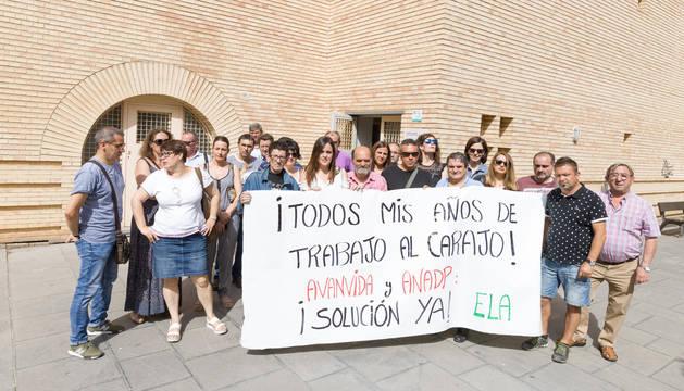 Los trabajadores del centro y los representantes sindicales, ayer en la concentración.