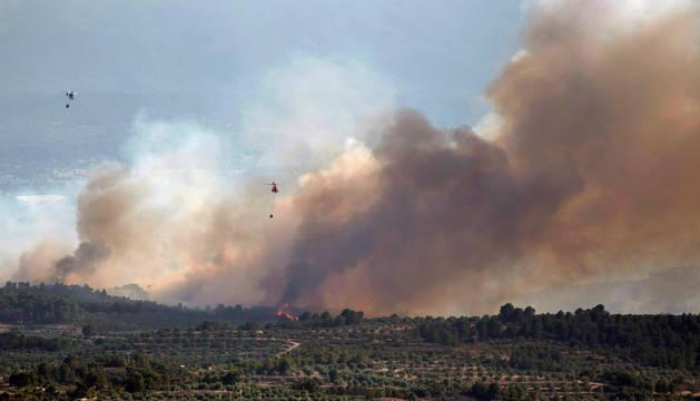 foto de Helicópteros en labores de extinción del incendio de Ribera d'Ebre en las inmediaciones de la localidad de Bovera