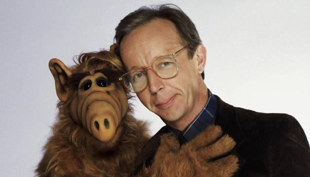 Max Wright, junto al televisivo extraterrestre Alf.