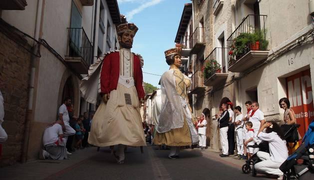 ATENTOS AL BAILE. Los Reyes Cristianos, protagonistas durante una jota de las pasadas fiestas de septiembre, arropados por niños y mayores.