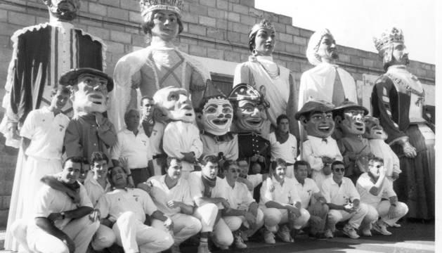EN 1994. La comparsa, en la gigantada de fiestas en la que se conmemoró el 75 aniversario de la misma.
