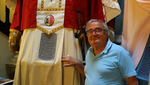 Luis Sabalza Iriarte, junto a las faldas el Rey Cristiano que bailó en la primera mitad de los años 70.