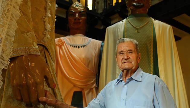Jesús Garcés García, de 91 años, sujeta la mano de la Reina Cristiana que bailó en los años 40.