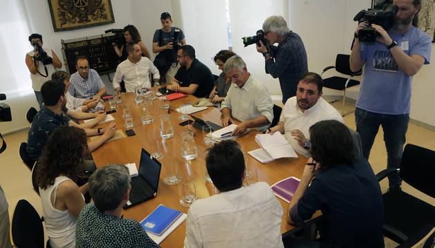 El PSN, este jueves en la cabecera de la mesa, con Geroa Bai a uno de los lados e I-E y Podemos, al otro.