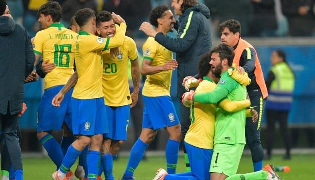 Los jugadores brasileños celebran su clasificación.