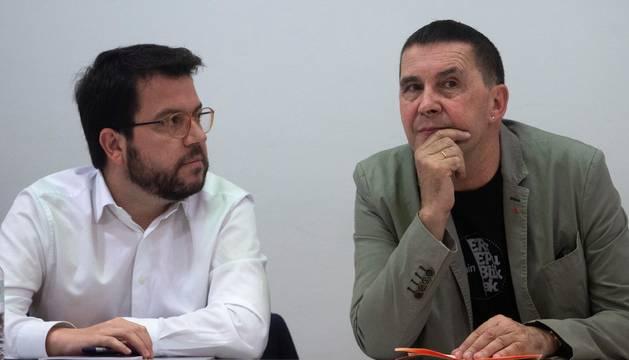 Una delegación de EH Bildu encabezada por Arnaldo Otegi (d), se ha reunido este viernes en Barcelona con la de la dirección de ERC liderada por Pere Aragonés (i), para coordinar sus políticas de coordinación.