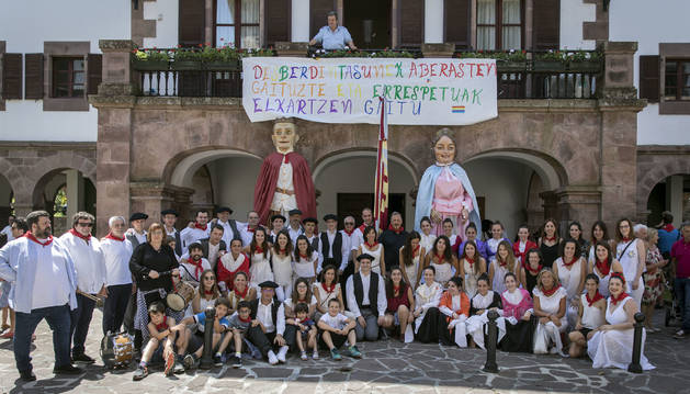 Los dantzaris 'oficiales' y los supuestos espontáneos acompañaron a la comparsa hasta el Ayuntamiento de Santesteban.