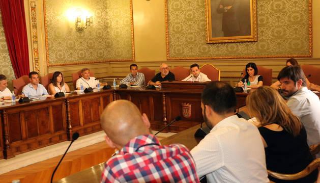Instante del pleno extraordinario del Ayuntamiento de Tudela celebrado durante la tarde de este lunes.