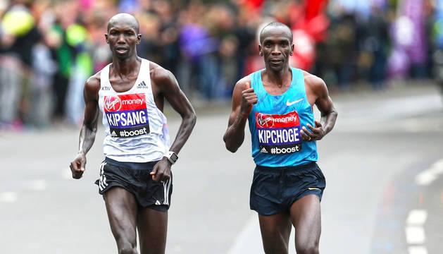 A la derecha, Eliud Kipchoge, durante el maratón de Londres -lo ha ganado 4 veces-.