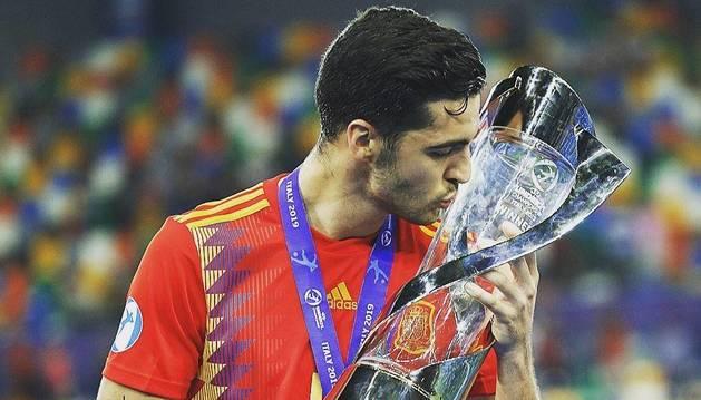 Merino besa el trofeo como campeón de Europa sub-21, cuatro años después de serlo con la sub-19.
