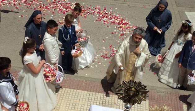 Foto de las dos últimas hermanas destinadas en Arguedas, durante la celebración del Corpus Christi.