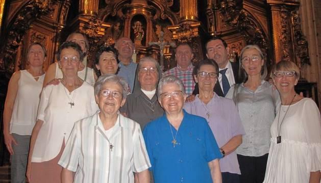 Las hermanas de Santa Ana, junto a la alcaldesa, concejales y Ángel Gorricho, conductor del acto.