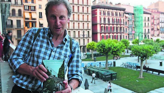 Foto de Manuel Ángel Goñi Irastorza, con su novela 'A las puertas del Roncal'.
