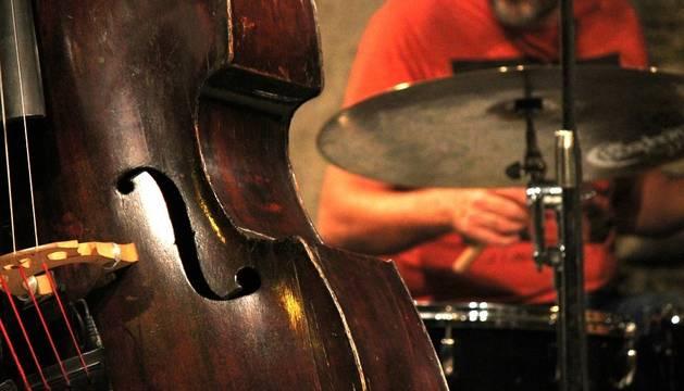 Vista de un contrabajo junto a otros instrumentos. CEDIDA