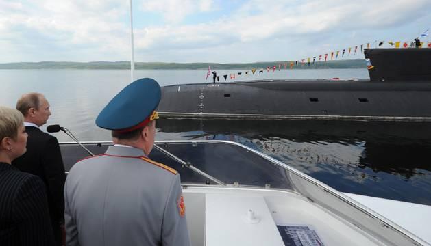 Fotografía de archivo que muestra al presidente ruso, Vladímir Putin (2i), durante una visita a un submarino durante el Día de la Marina en Severomorsk (Rusia), el 27 de julio del 2014.