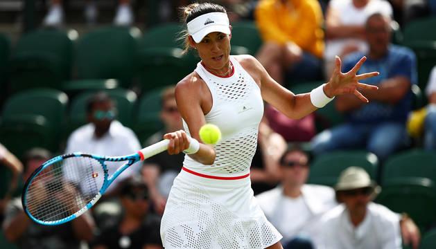 Garbiñe Muguruza devuelve una pelota durante su encuentro contra la brasileña Beatriz Haddad Maia en Wimbledon.