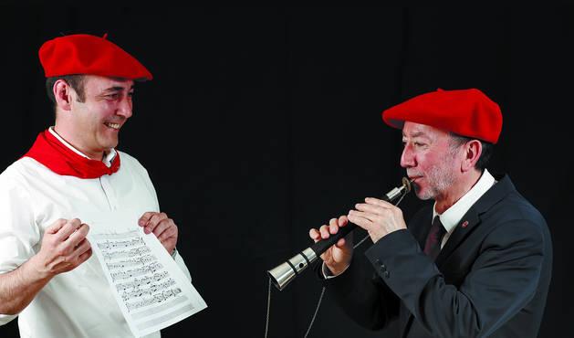 José Luis Fraile interpreta 'Animo Pues' mientras su compañero Martín Ariztimuño sostiene la popular partitura que hace botar a miles de personas en la plaza el 6 de julio.