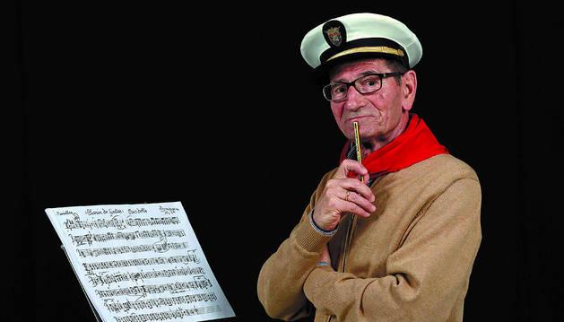 Una obra inabarcable. José Luis Turrillas emula a su padre, siempre con el lápiz y las partituras, frente al pasodoble Clarín de fiestas.