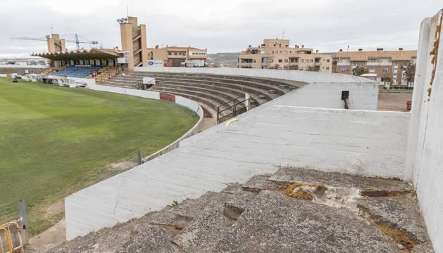 Imagen del estadio Ciudad de Tudela tomada desde el fondo que se encuentra cerrado al público, con la tribuna, también clausurada, al fondo.