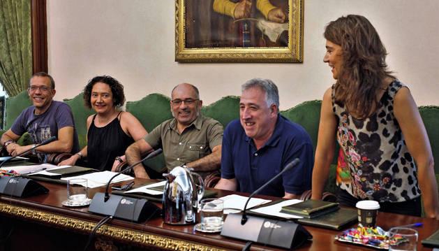 foto de Parte del grupo municipal de Bildu. Desde la izquierda: Endika Alonso, Marian Aldaia, Joxe Abaurrea, Joseba Asiron y Maider Beloki.