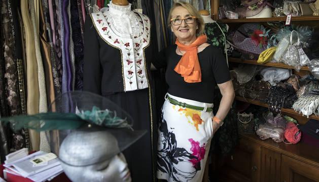 Carmen Ibáñez en su taller, junto al traje de salacenca que acaba de confeccionar.