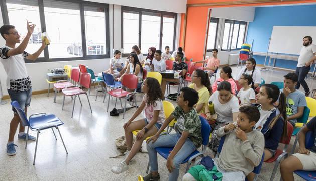 Foto de un instante de una de las clases del programa de atención a menores del Centro Lasa de Tudela.