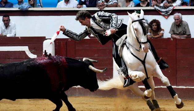 Foto del rejoneador Pablo Hermoso de Mendoza, el 22 de junio durante la primera corrida de la Feria de San Juan y San Pedro celebrada en la plaza de toros de León.