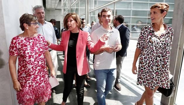 La portavoz del PSN, María Chivite (d), junto a Uxue Barkos (2i) de Geroa Bai, Eduardo Santos (2d) de Podemos y Marisa de Simón (i) de Izquierda-Ezkerra, al termino de la reunión mantenida este viernes.