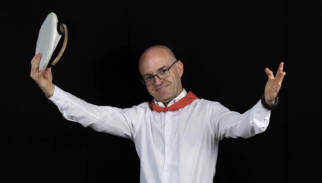 Foto de Luis Magil con la gorra de gala de La Pamplonesa, ya en desuso desde hace años.