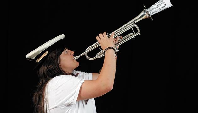Foto de Ana Osés, con su trompeta y la gorra de La Pamplonesa calada del revés.