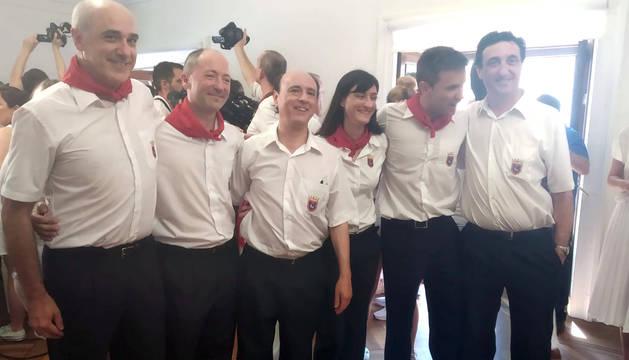 Jesús Garísoain, junto a José Andrés Palacios (presidente), José Vicent Egea (director), Mari Carmen Senosiáin (clarinete) y Luis María San Martín (trompista), en el Ayuntamiento.