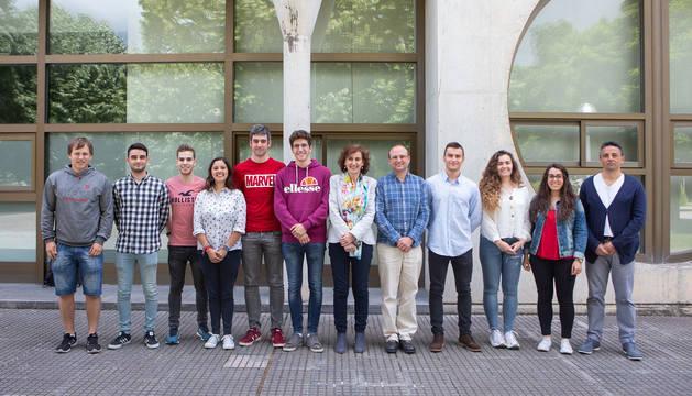 Parte del alumnado que ha tomado parte este curso en el Programa de Mentoría posa con Cristina Bayona y Roldán Jimeno (ambos, en el centro de la foto).