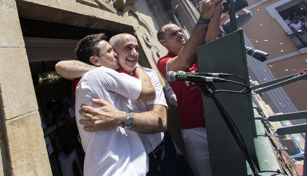 José Andrés Palacios besa a Jesús Garísoain tras prender la mecha del Chupinazo.
