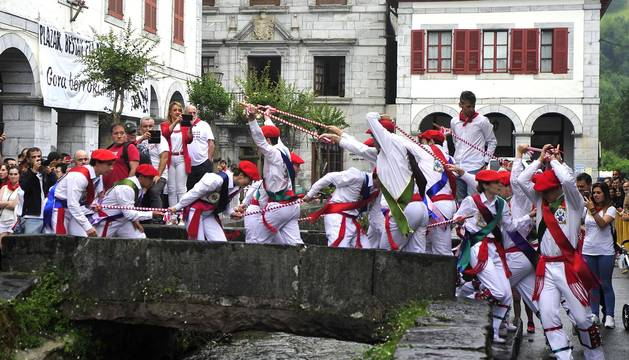 Por primera vez en más de seis siglos, tres  mujeres han formado parte del grupo de ezpatadantzaris que bailaron el Zubigainekoa para festejar San Fermín en Lesaka