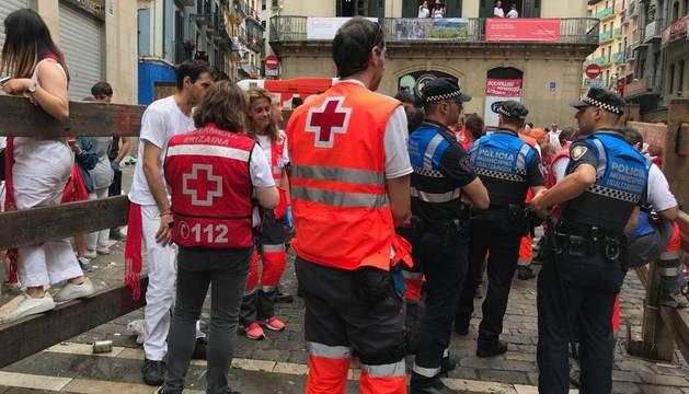 Miembros de Cruz Roja, en el primer encierro de San Fermín con los Puerto de San Lorenzo