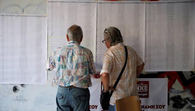 Dos personas, en un colegio electoral de Atenas.