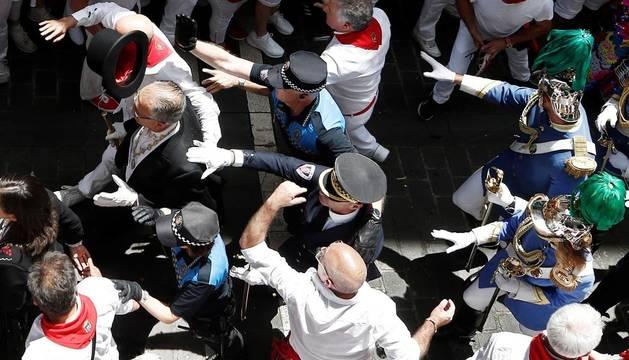 Gritos contra UPN durante el paso de la procesión de San Fermín por la calle Curia
