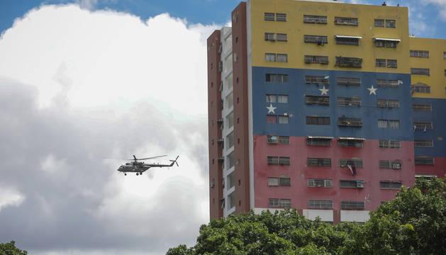 Un helicóptero de las Fuerzas Armadas, en el Paseo de los Próceres, en Caracas (Venezuela).