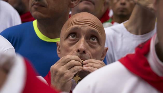 Javier Muñoz, ante la hornacina el domingo. Besa sus medallas de San Fermín y San Francisco Javier.
